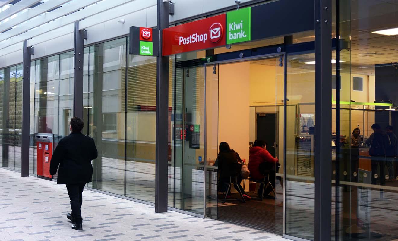 La Kiwi Bank est la banque postal de Nouvelle-Zélande, avec un compte bon marché qui intéresse souvent les jeunes en visa vacances travail.