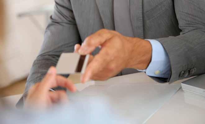 Par défaut, on propose des cartes EFTPOS aux jeunes qui ouvrent un compte en banque. Ce modèle de carte de paiement est l'équivalent de la carte électron en France.