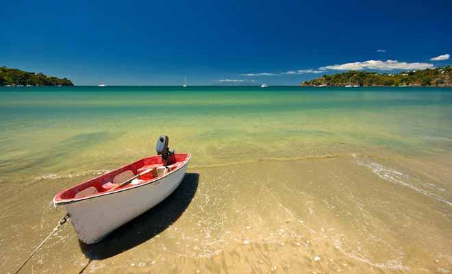 La baie est très fréquentée durant la haute saison. La proximité avec Auckland explique une telle affluence. Pour autant, la région reste très agréable.