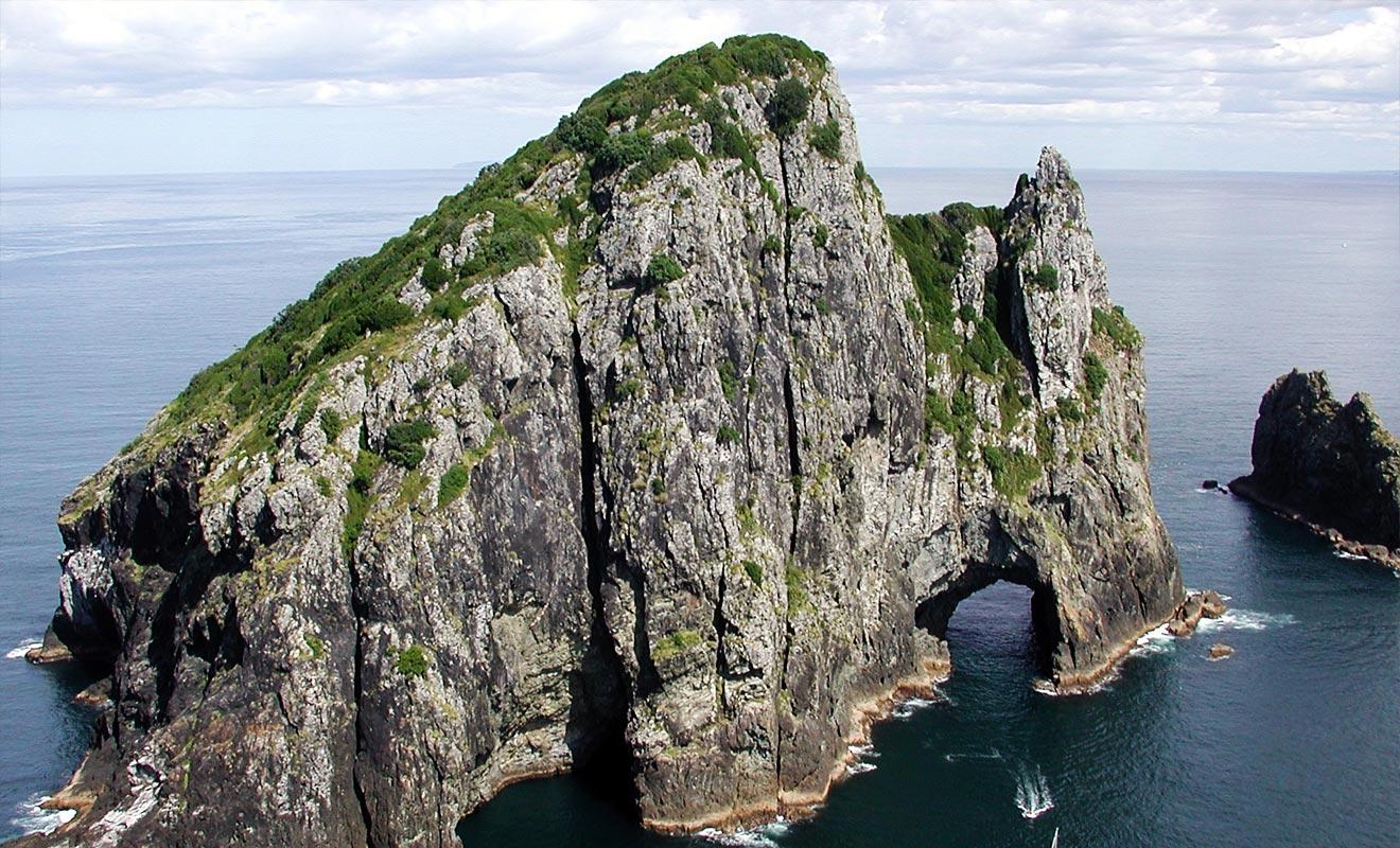 Si la mer est suffisamment calme, il sera possible de franchir le trou creusé dans la roche du Cape Brett.