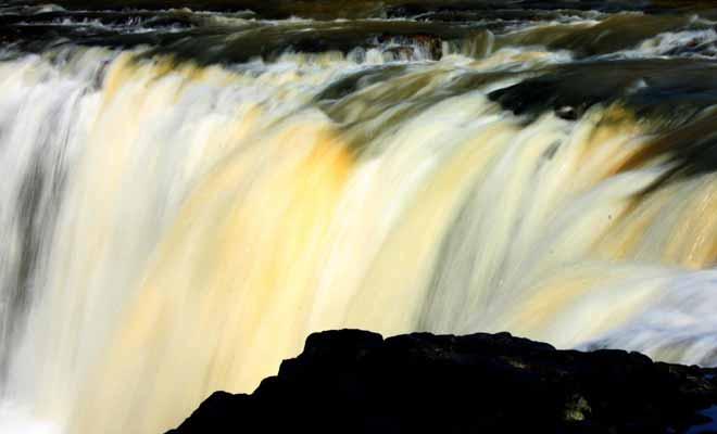 Le moment idéal pour venir visiter les chutes d'Haruru se situe à la nuit tombée. Un superbe éclairage a été installé et le spectacle est encore plus beau qu'en journée.
