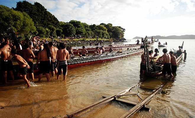 Les pirogues de guerre maories sont mises à l'eau pour le Waitangi Day, jour de la fête nationale.