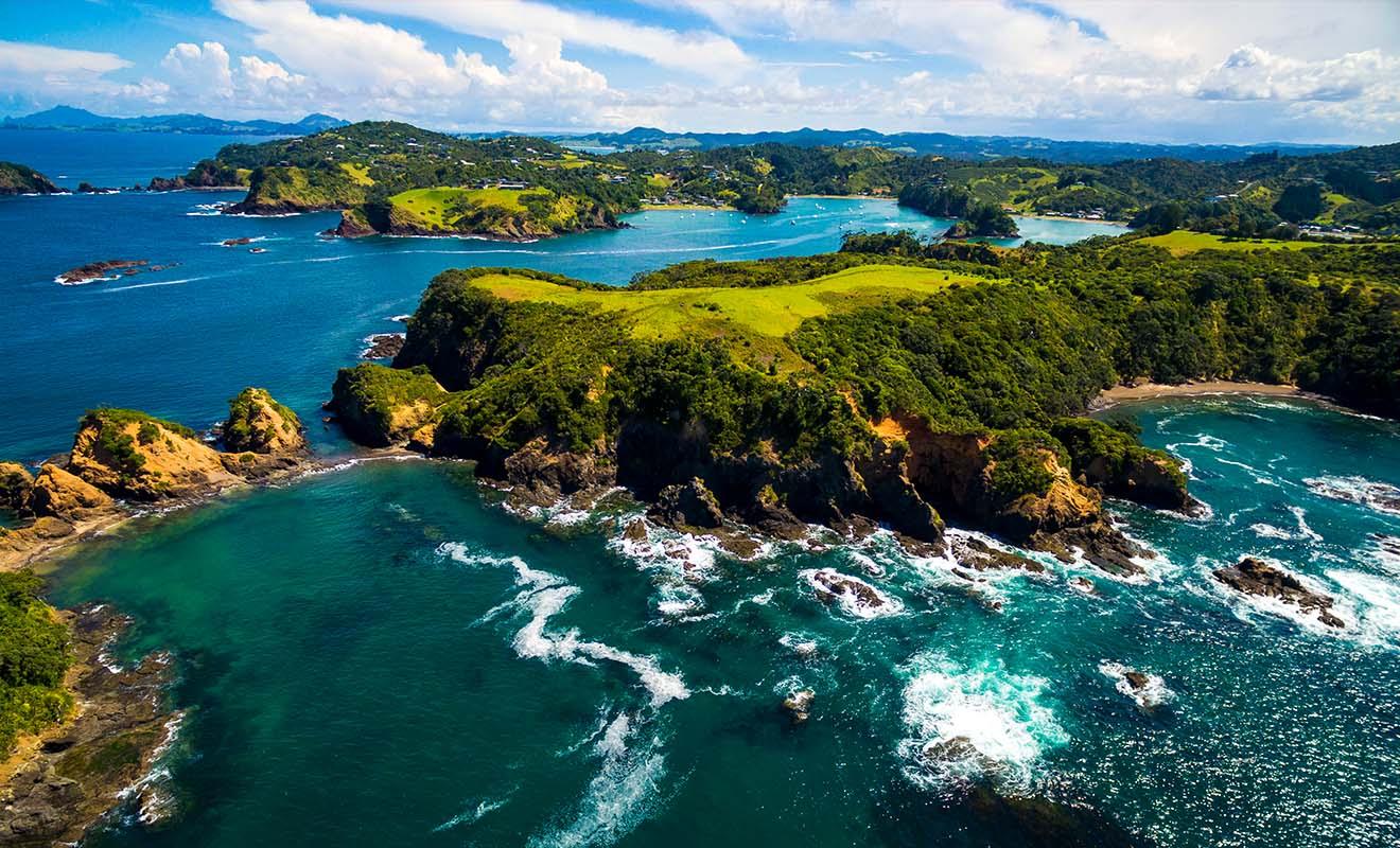 Bay of Islands sur l'île du Nord attire un grand nombre de touristes qui viennent profiter des plages pour se baigner et pratiquer des sports aquatiques.