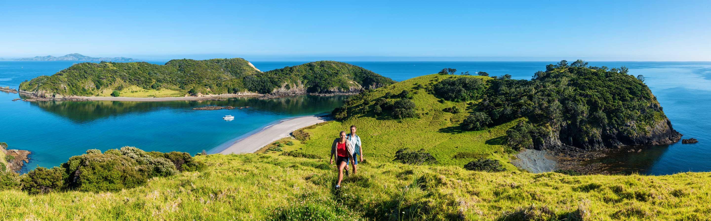 La côte de Bay of Islands et sa mer turquoise.