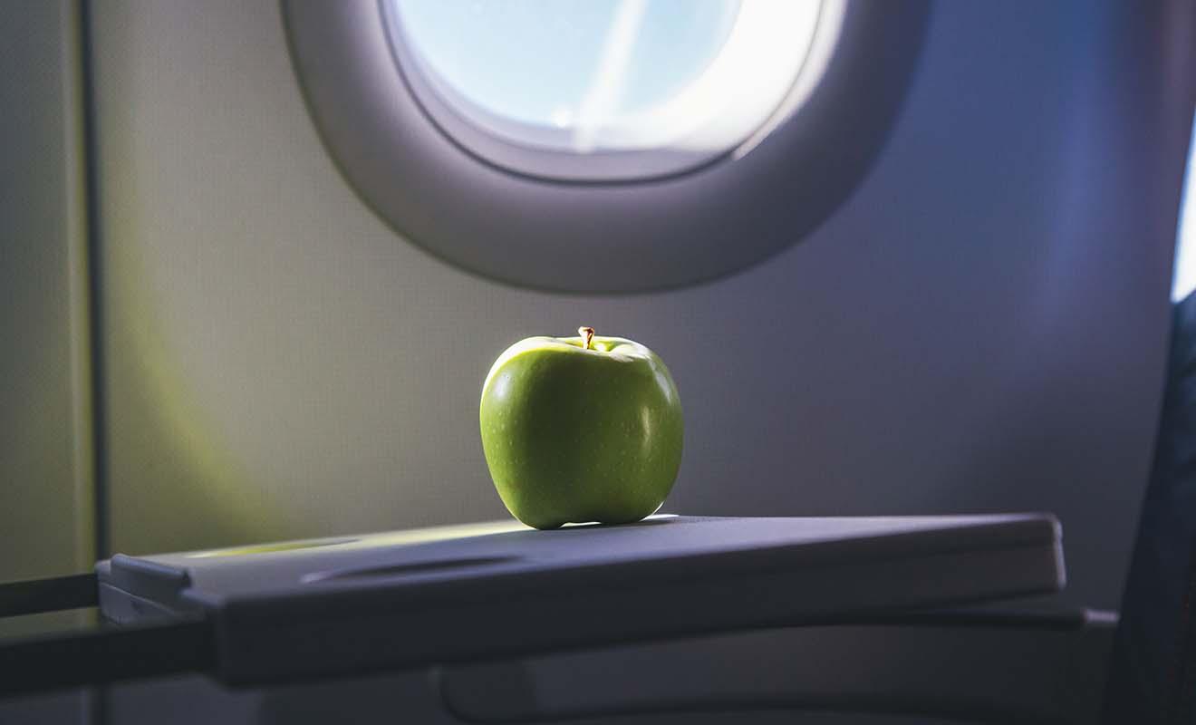 Les fruits comme les pommes peuvent contenir des parasites, et vous devrez les jeter avant de passer la biosécurité sous peine d'amende.