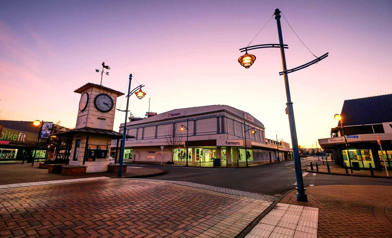Comme souvent en Nouvelle-Zélande, le centre de la ville regroupe des commerces mais manque de charme touristique.