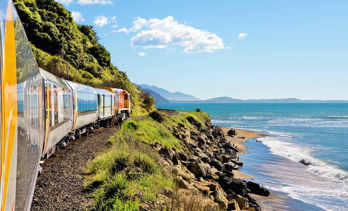 Le Coastal Pacific est un train panoramique qui longe la côte Est de l'île du Sud de la Nouvelle-Zélande via Blenheim et Kaikoura.
