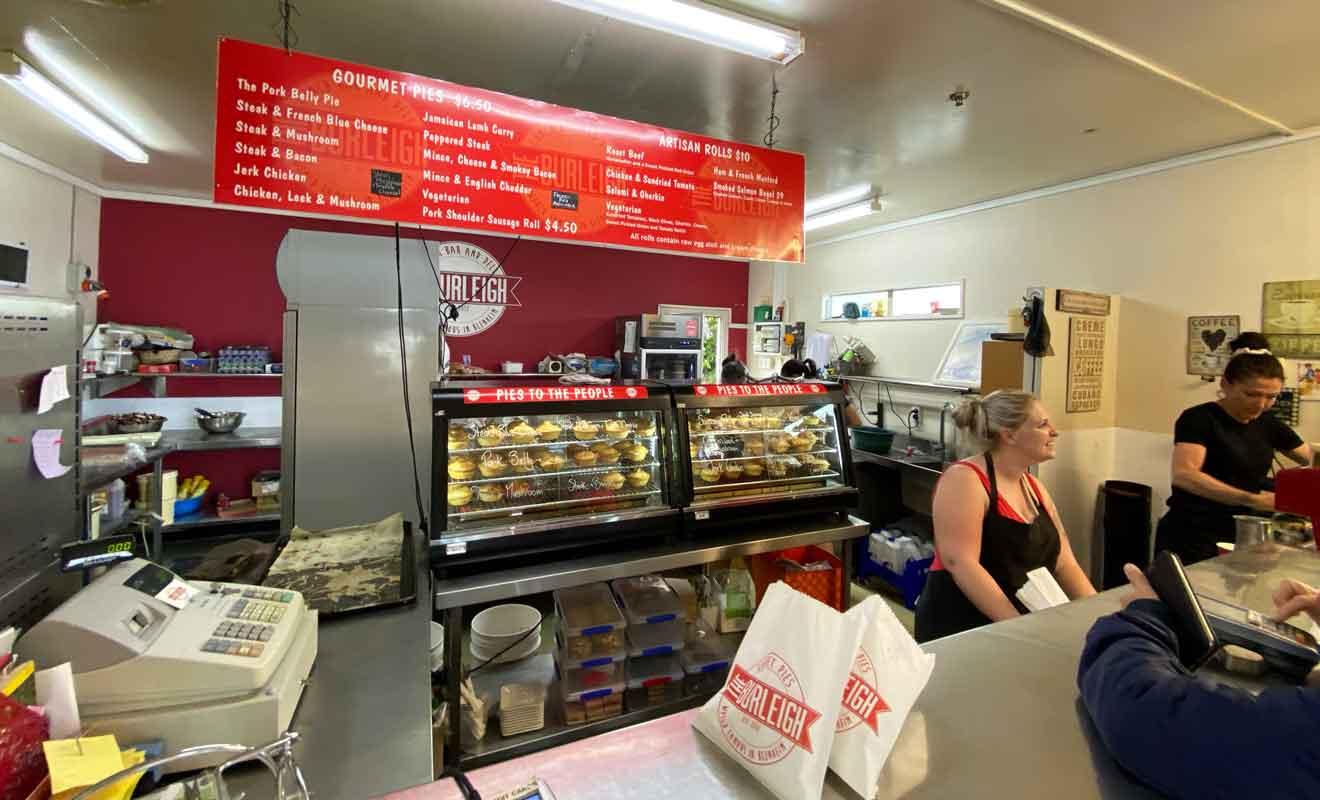 En Nouvelle-Zélande, les clients passent chercher les meat pies du déjeuner comme ils iraient chercher le pain à la boulangerie.