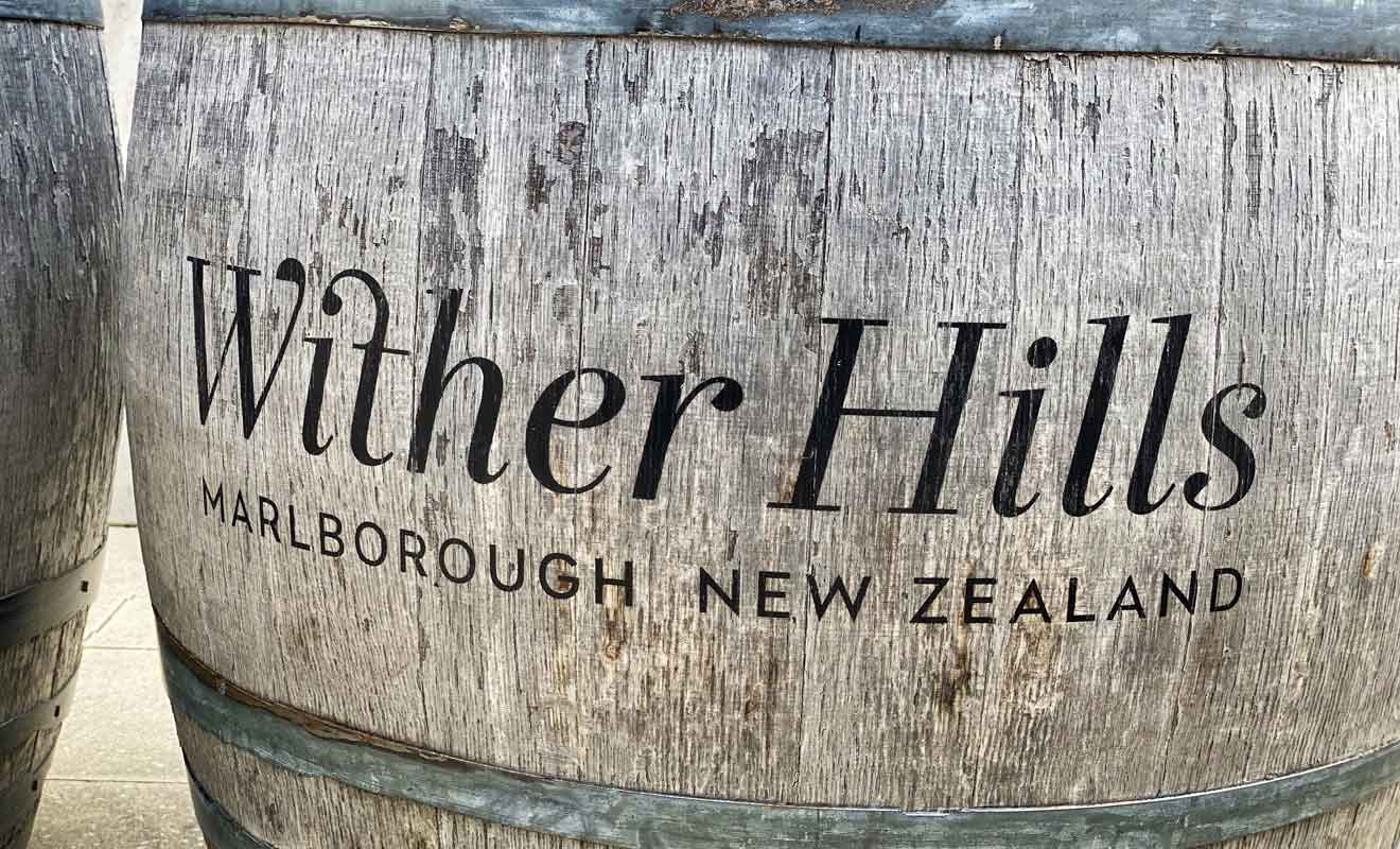 Wither Hills se trouve à deux pas des collines du même nom, ce qui permet de partir en randonnée avant ou après une dégustation dans le cellier.