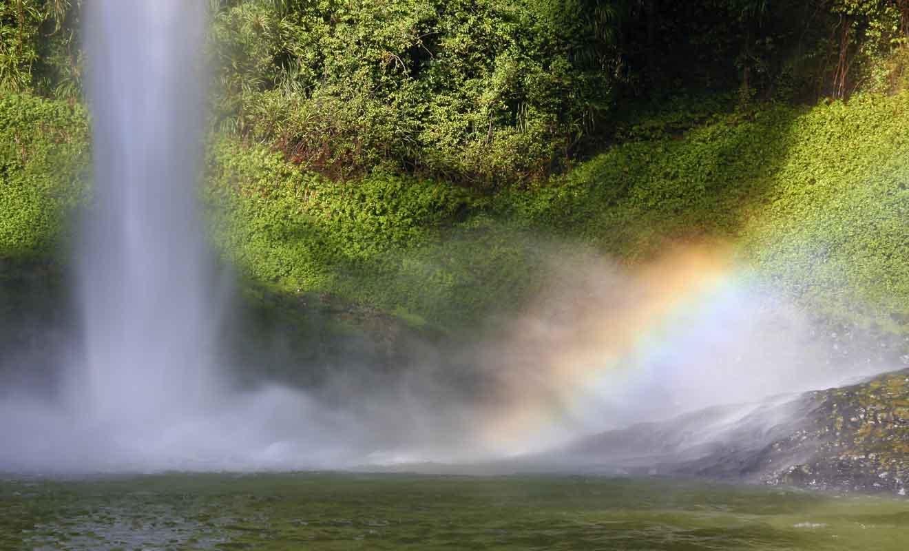 L'eau que le vent disperse explique le surnom de la chute.