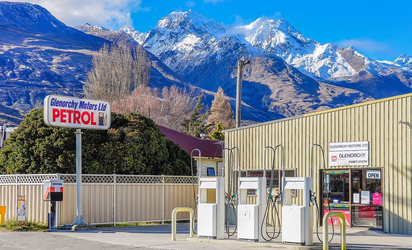L'essence coûte moins cher qu'en Europe, mais le relief du pays augmente la consommation de carburant sur la route.