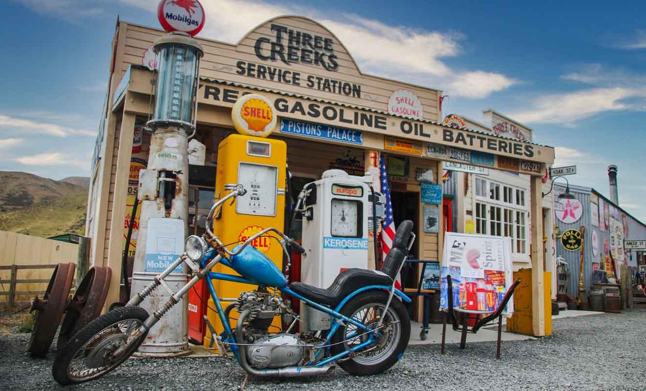 On trouve pêle-mêle des pompes à essence d'autrefois et de vieilles publicités.