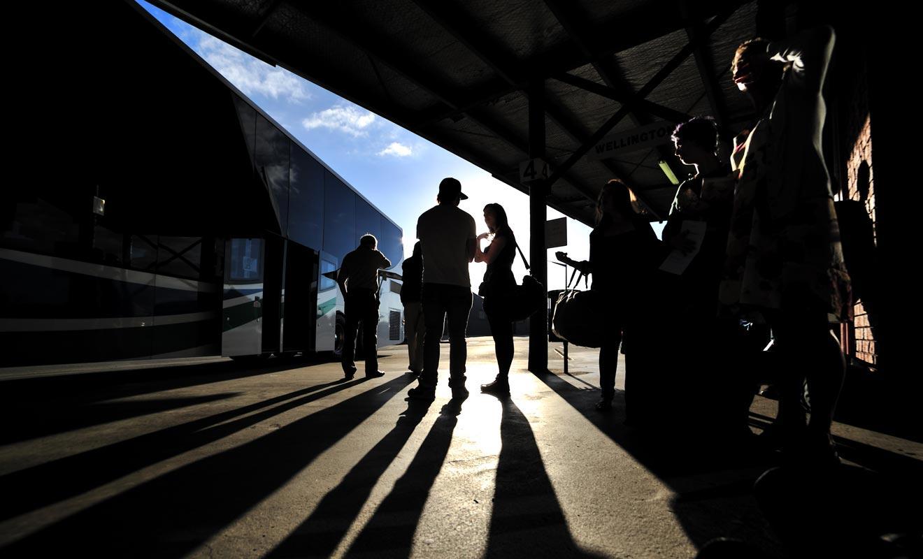 Le voyageur qui emprunte le bus doit souvent patienter longtemps avant de récupérer ses bagages dans le coffre.