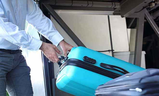 Le chargement des bagages est assuré par du personnel pour éviter que ce soit le bazar dans le coffre du bus.