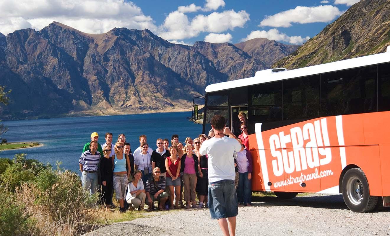 Des compagnies comme Stray ou Kiwi Experience vous propose des voyages en bus avec un chauffeur privé qui sert aussi de guide.
