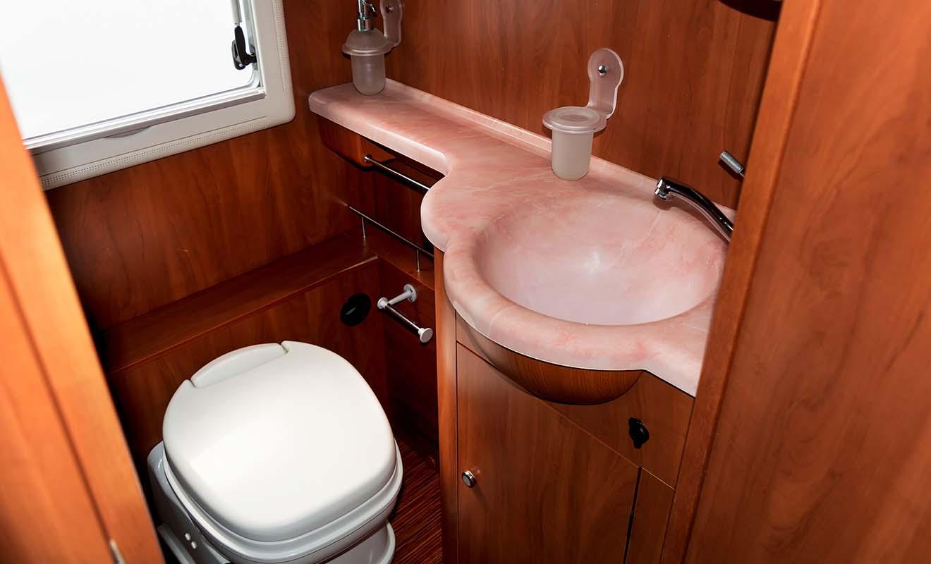 Si vous cherchez les toilettes, vous les trouverez à l'arrière de l'autocar ou au milieu.