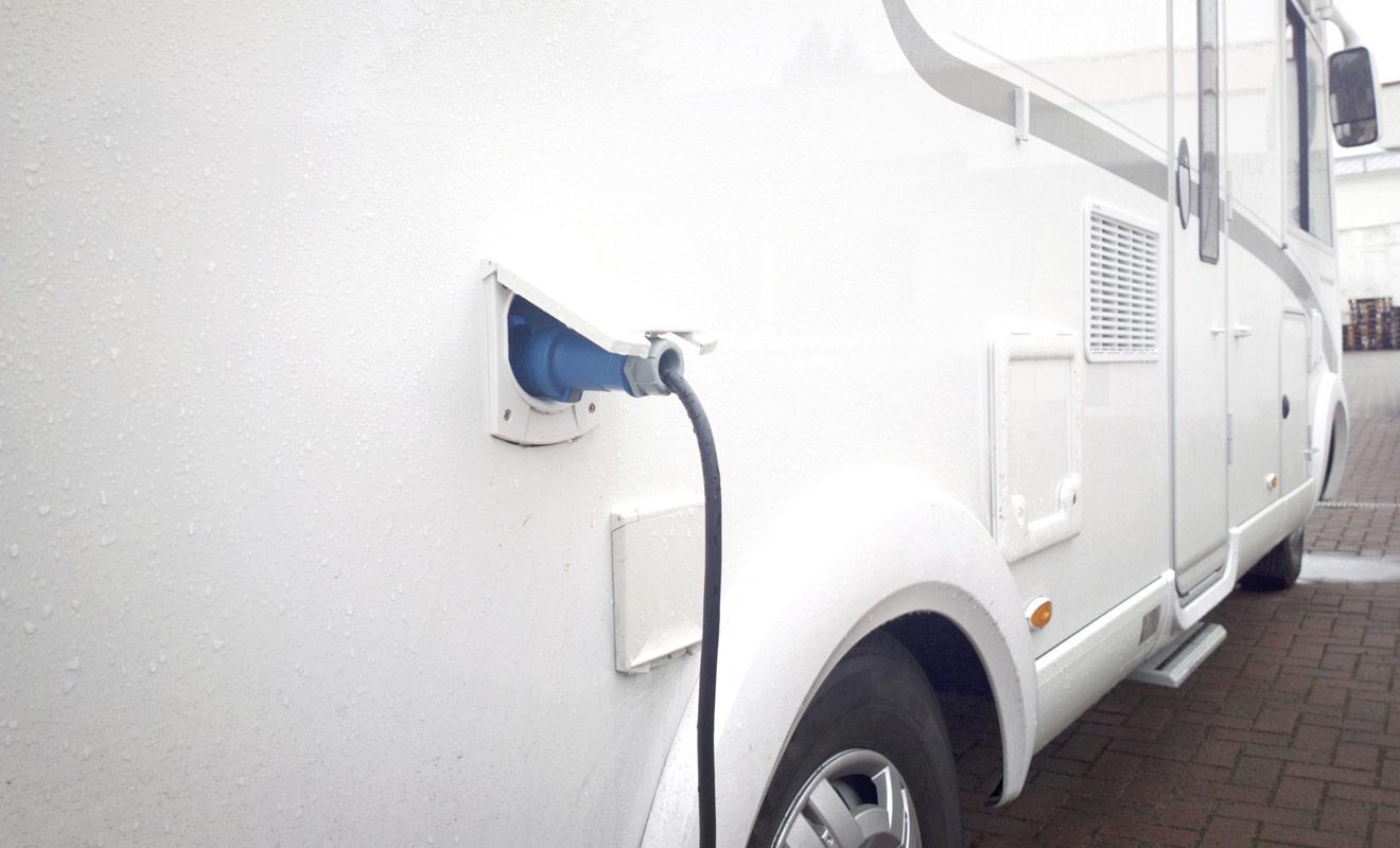 Pour recharger la batterie auxiliaire du camping-car, il suffit de relier le véhicule à une prise secteur à l'aide d'un câble fourni par le loueur. Il faudra toutefois se garer dans un camping équipé et payer un léger supplément.
