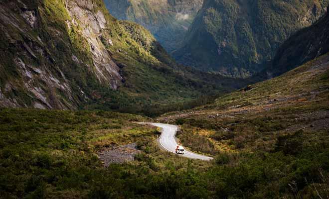 Toutes celles et ceux qui reviennent d'un séjour en Nouvelle-Zélande vous le diront : la conduite dans le pays est un véritable enchantement. La beauté des paysages joue pour beaucoup bien entendu, mais ce sont surtout les routes désertes qui donnent le sentiment d'avoir le pays pour soi tout seul.