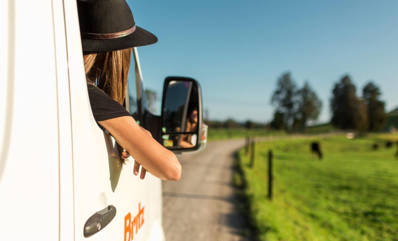 Pour se garer plus facilement en camping-car, le second passager peut servir de copilote en s'aidant des rétroviseurs.