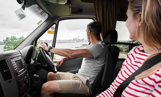 La perspective de conduire à gauche peut intimider certains voyageurs, mais la faible circulation aide à prendre confiance petit à petit.