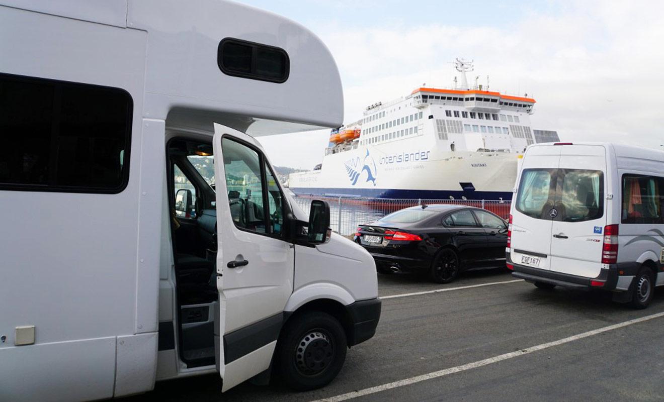 Le ferry Interislander qui assure la liaison entre l'île du Nord et l'île du Sud peut embarquer des véhicules. Vous pouvez donc garer votre camping-car dans la cale plutôt que d'en changer d'une île à l'autre.