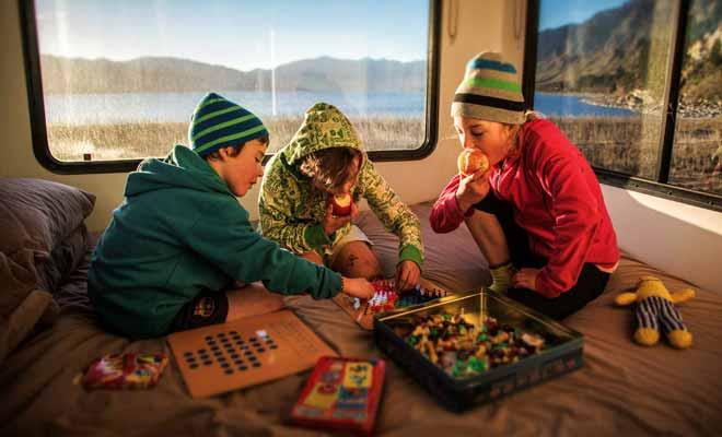 Le camping-car est particulièrement adapté aux séjours en famille, car il permet de maintenir les habitudes des plus petits. Si les voyages forment la jeunesse, le camping-car y contribue pour beaucoup !