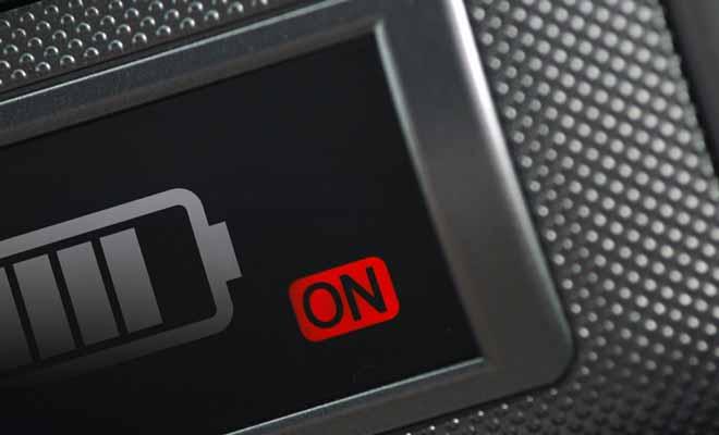 La seconde batterie sert exclusivement à alimenter les appareils électriques du camping-car. Selon le modèle de véhicule, elle permet aussi bien de faire fonctionner le chauffage que le réfrigérateur.