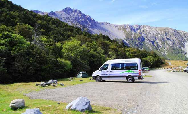 Les grandes distances ont fait du camping-car le véhicule rêvé pour visiter la Nouvelle-Zélande. La présence de nombreuses compagnies comme United ou Kea a contribué à faire baisser les prix. Sans être forcément beaucoup moins cher qu'un autotour, un voyage en camping-car permet de réaliser de belles économies.