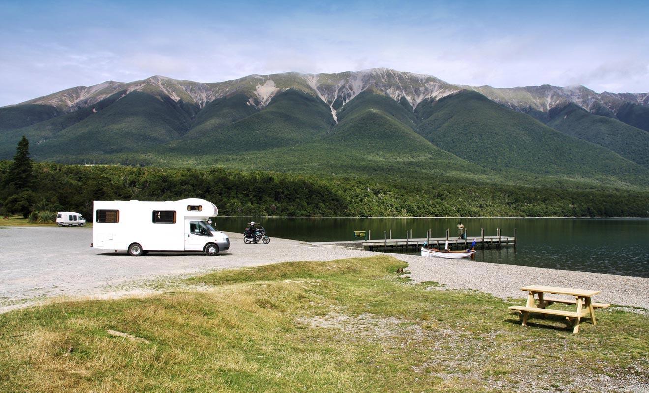 Le camping-car ne permet de réaliser des économies que si l'on prépare son voyage à l'avance. Faute de quoi, vous devrez payer votre stationnement dans les campings payants. Ajoutez le prix du transport d'une île à l'autre en Ferry, et vous pouvez vite vous retrouver dans le rouge.