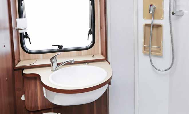 Le camping-car est équipé d'un réservoir d'eau potable qui alimente la douche et les sanitaires. Le chauffage de l'eau étant assuré au gaz.