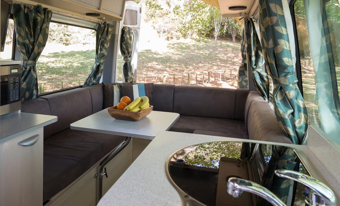 Le confort d'un camping-car dépend naturellement de votre budget. Les modèles d'entrée de gamme ne sont pas particulièrement confortables (sans être pour autant spartiates) mais l'on y dort très bien. À partir du moyen de gamme en revanche, le camping-car mérite d'être comparé à un petit studio.