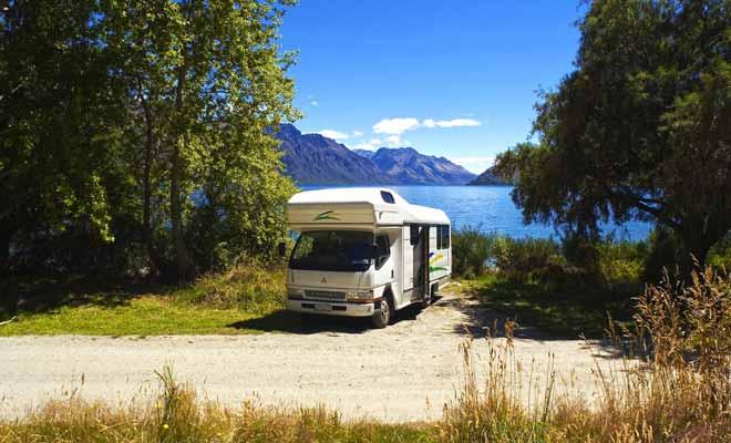 Le camping sauvage est de plus en plus réglementé en Nouvelle-Zélande et les zones touristiques l'interdise de plus en plus. Mais il reste possible de se garer gratuitement un peu partout dans le pays.