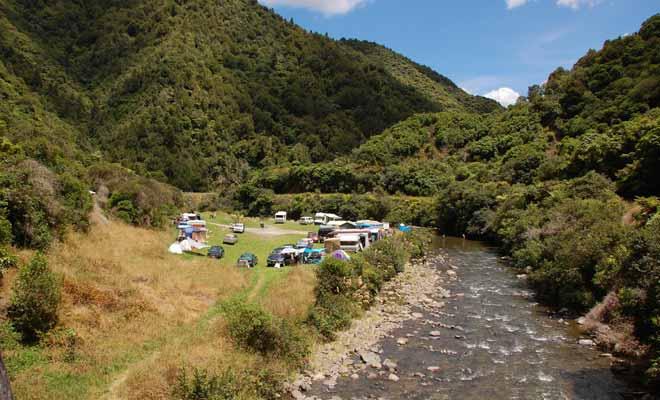 Les campings gratuits ne proposent aucun service complémentaire et l'on n'y trouve souvent aucune table de camping. Il n'y a bien entendu pas de douches ni de prises secteur pour recharger le véhicule en électricité.