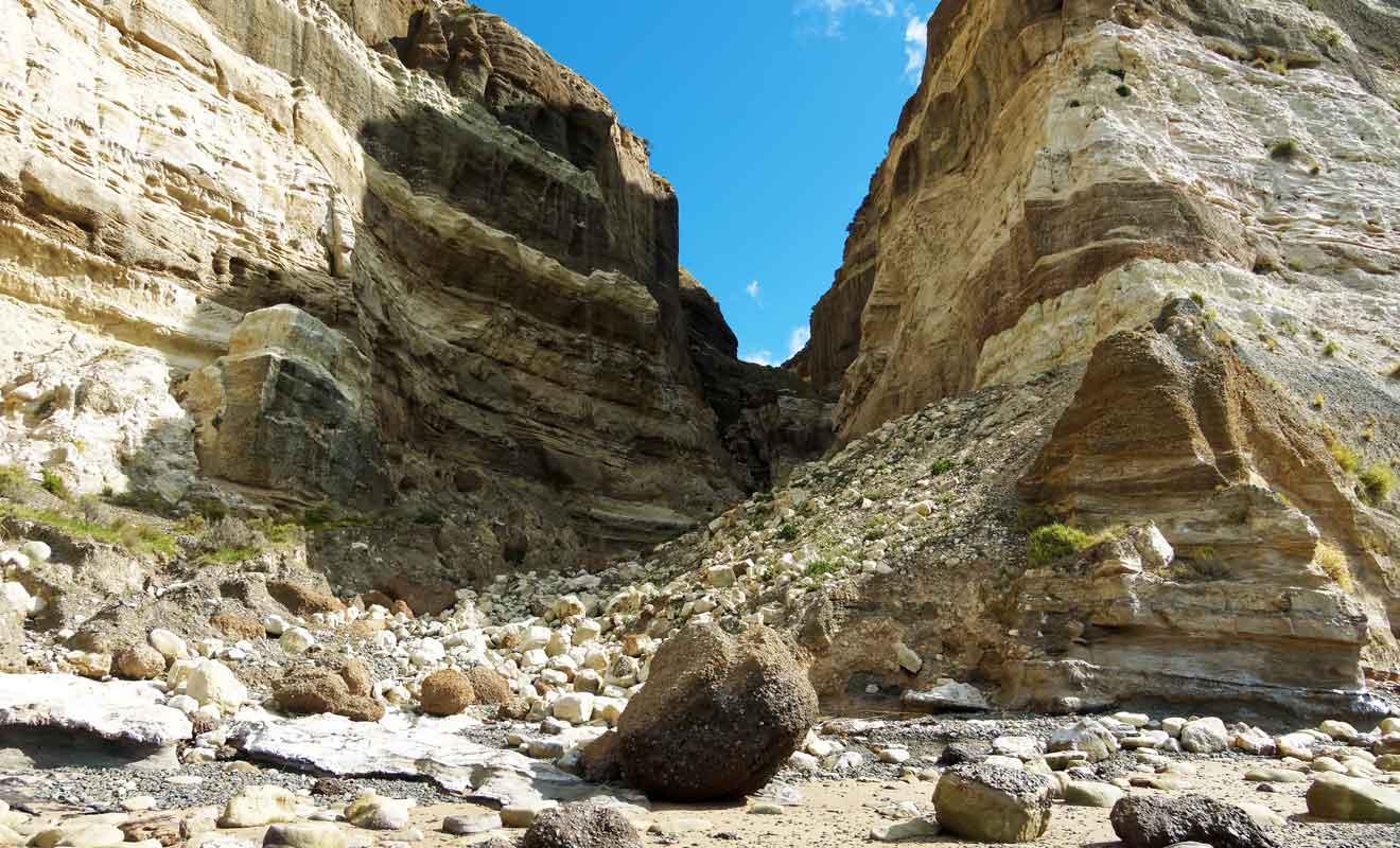N'essayez jamais de grimper sur les rochers de la plage, au risque de provoquer une chute de pierre.
