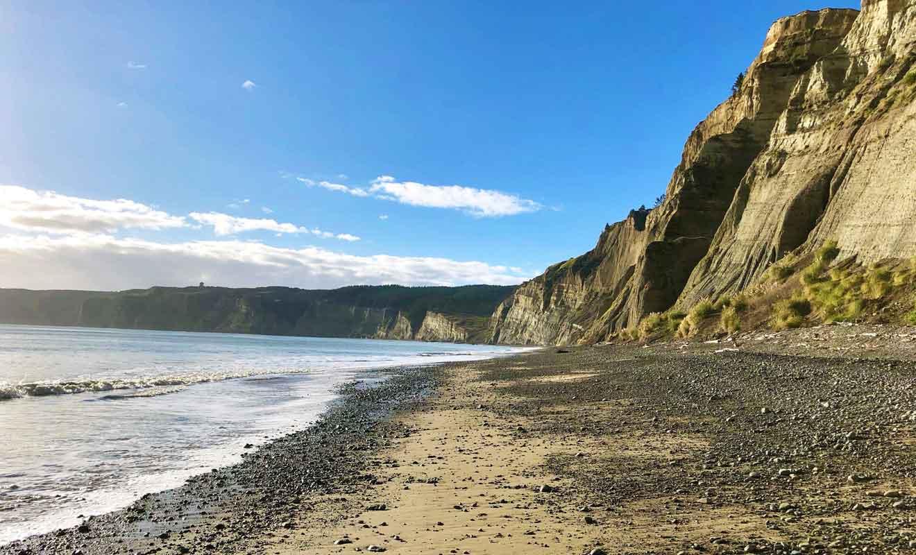 Seul le chemin qui passe par la plage au bord des falaises est ouvert au public.