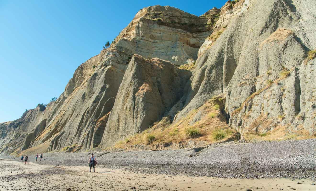 Avec ses galets et ses rochers à contourner en respectant les horaires des marées, la randonnée à Cape Kidnappers n'est pas aussi simple que l'on pourrait penser.