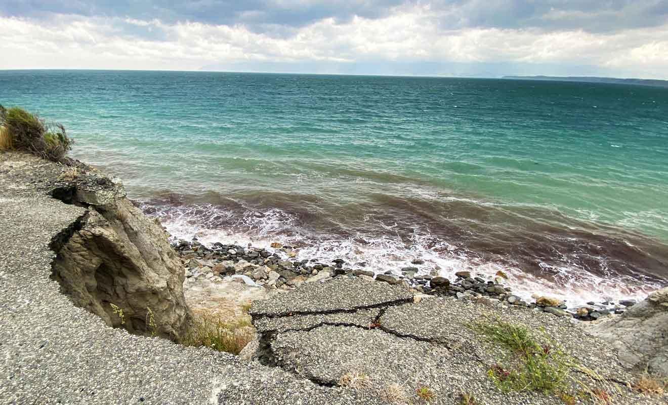 Les séismes et les vagues finissent par endommager la route qu'il faut souvent réparer.