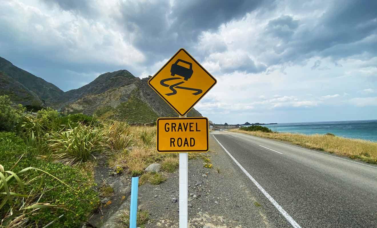 La gravel road débute à la sortie du village de Ngawi en direction de Mangatoetoe.