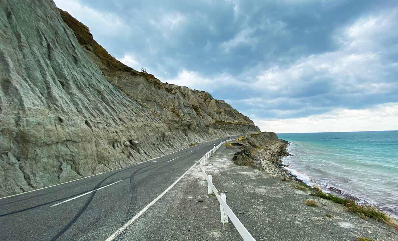 Les chutes de pierre ne sont pas rares, alors ne quittez pas la route des yeux.