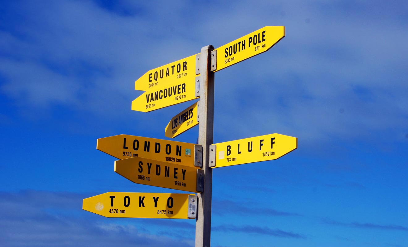 Un panneau directeur est installé près du phare. Il indique la distance de quelques villes importantes, dont Londres... à 18 029 km !