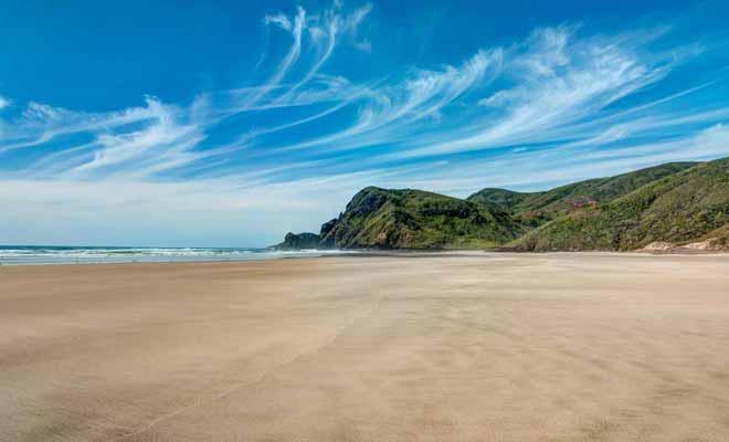 La plage de Sandy Bay est idéale et bien dégagée pour une partie de frisbee !