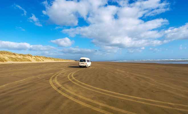 La conduite est autorisée sur la Ninety Mile Beach. Le conducteur est responsable de son véhicule et doit prendre garde à ce qu'il ne reste pas bloqué avec une marée montante !