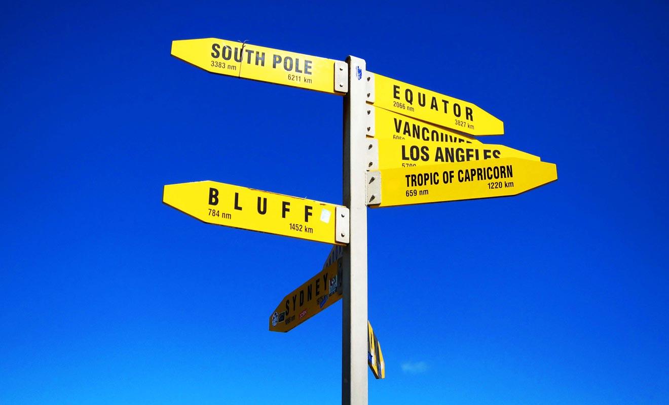 La Nouvelle-Zélande est véritablement à l'autre bout du monde. Des panneaux indicateurs de ce type ne manquent pas dans le pays. Nous sommes tout de même à plus de 18.000 kilomètres de Londres !