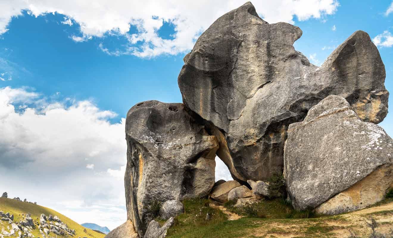 Les plus grands rochers mesurent jusqu'à 20 mètres de haut.