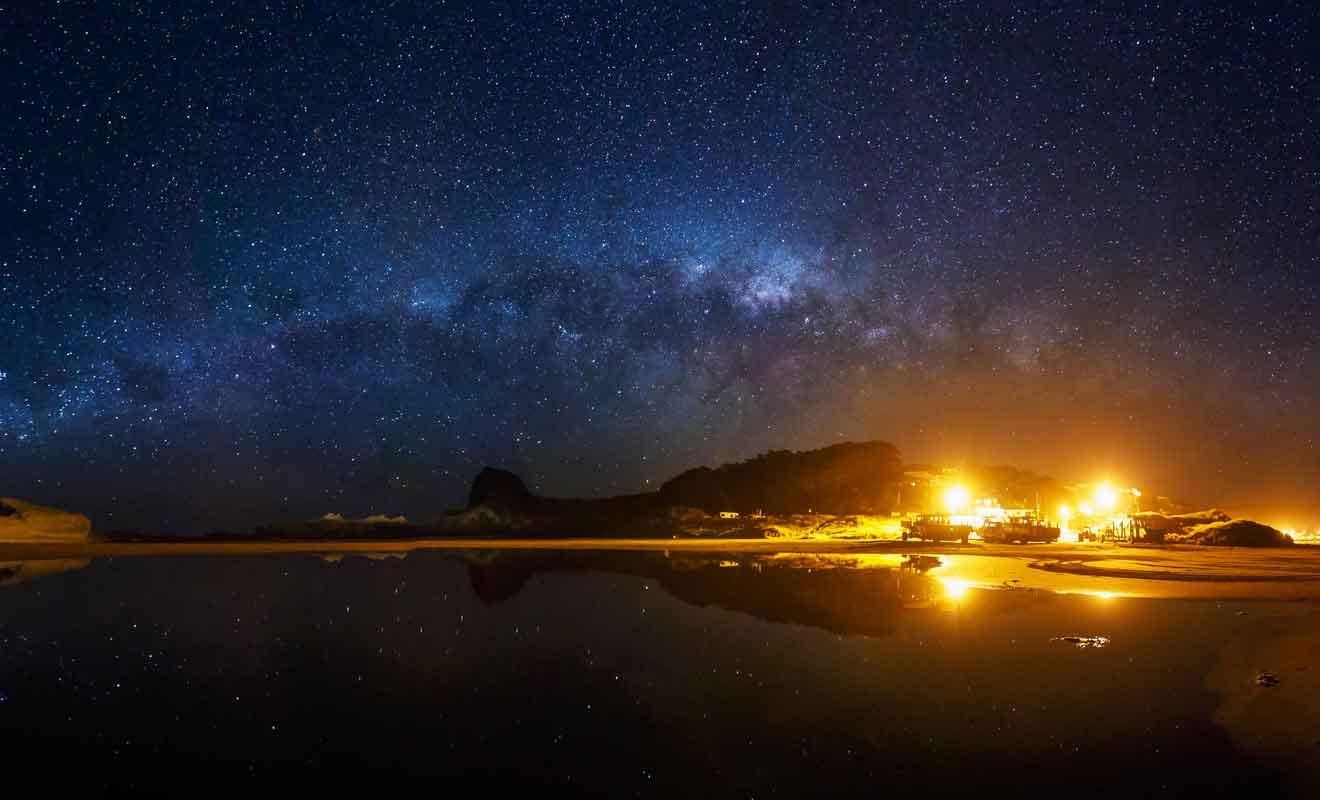La faible pollution lumineuse de la Wairarapa Coast permet d'admirer les étoiles qui brillent dans le ciel.