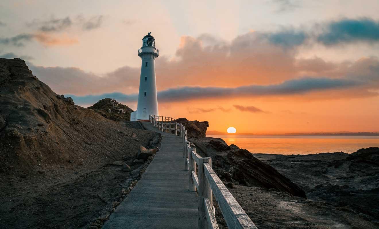 Le soleil se couche à l'horizon et fait rougeoyer le ciel et la mer.