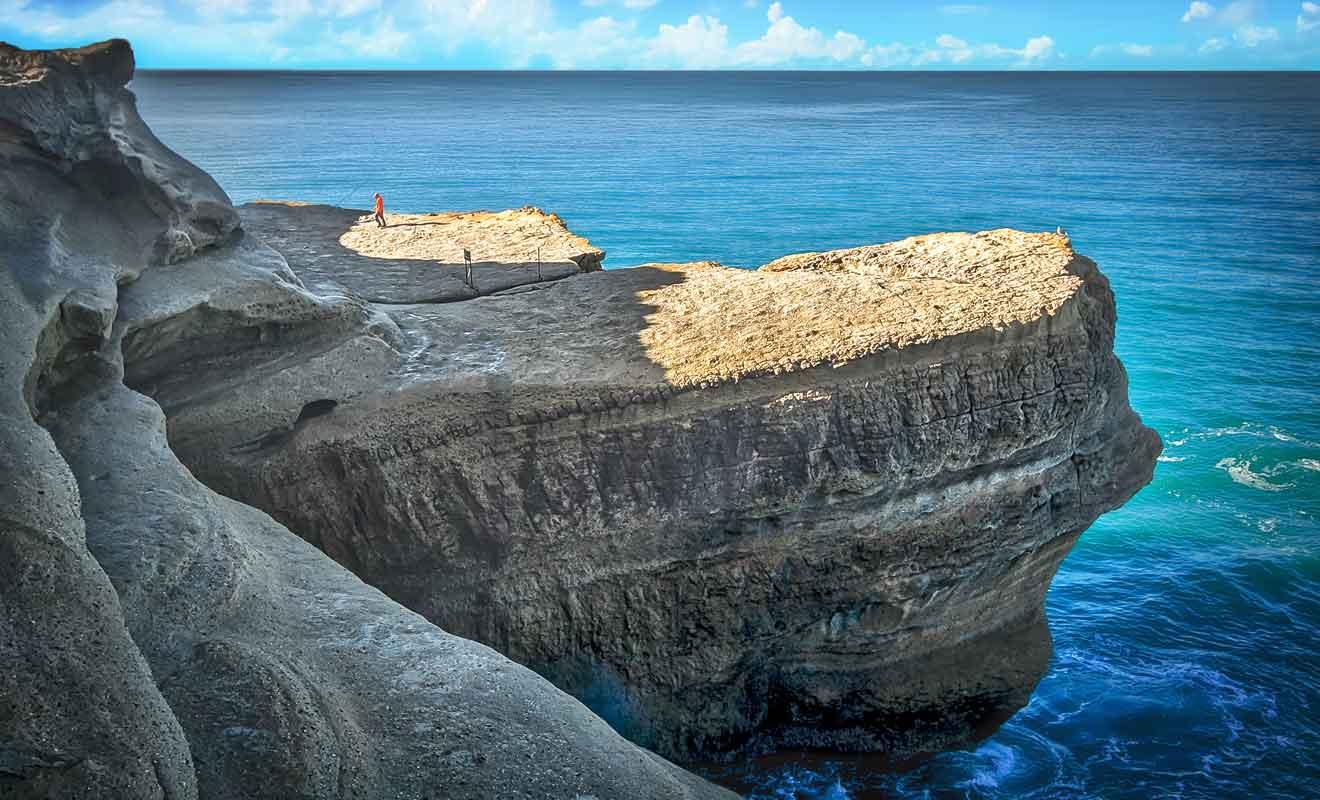 Les rochers qui s'avancent dans la mer sont peu à peu rongés par l'érosion.