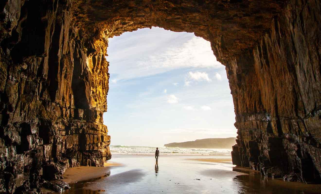 Les grottes peuvent être visitées à pied à condition de surveiller la marée montante.