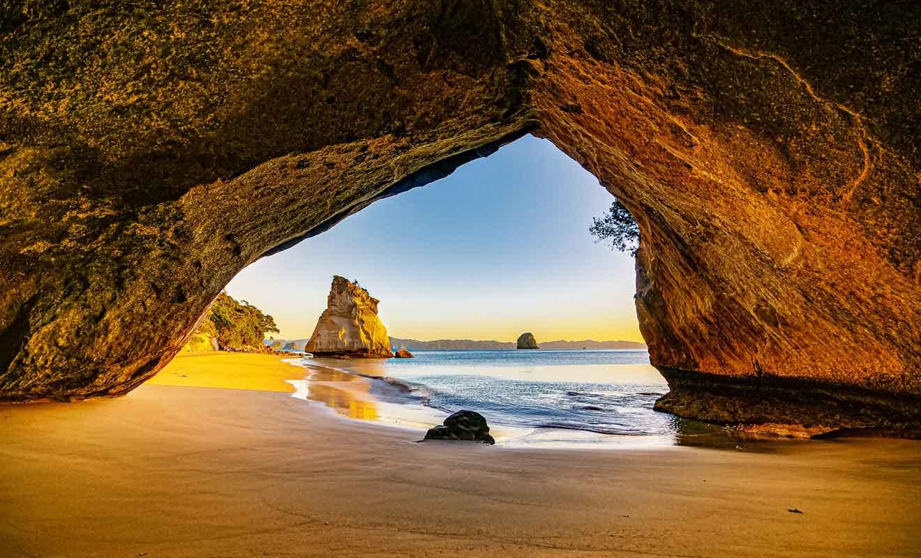 Le moment idéal pour venir admirer l'arche se situe à l'aube, car le soleil fait briller la roche volcanique de l'arche sur la plage.