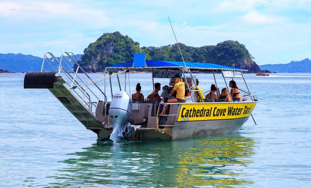 Les bateaux-taxis déposent et récupèrent les voyageurs qui ne souhaitent pas suivre la randonnée pour aller à Cathedral Cove.